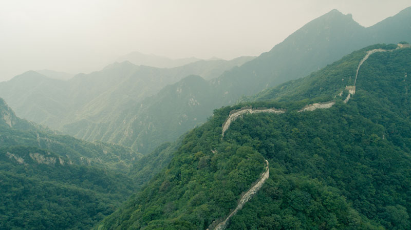 An aerial view of the Great Wall of China on a foggy day.